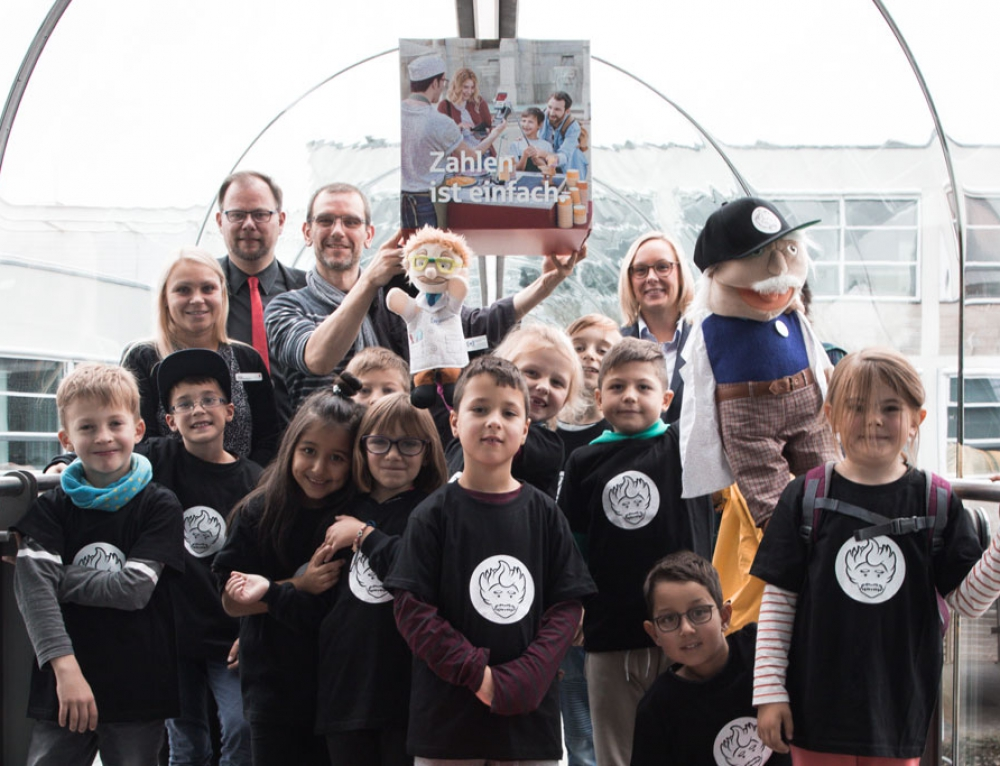Kinder besuchen mit Albert die Sparkasse Lüdenscheid